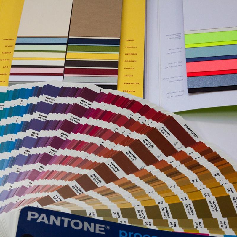 Pantones e Materiais de Impressão